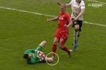 Pemain Liverpool Skrtel terekam kamera saat menginjak kiper MU De Gea. Ist/telegraph.co.uk