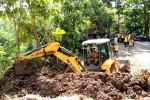 Sebuah alah berat diturunkan untuk membuka akses jalan kabupaten yang tertutup material longsor di Dusun Ngroto, Desa Pendoworejo, Girimulyo, Senin (23/3/2015). (Holy Kartika N.S/JIBI/Harian Jogja)