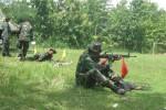Personel TNI anggota Makodim 0728/Wonogiri berlatih menembak di Lapangan Timang, Desa Wonokerto, Kecamatan/Kabupaten Wonogiri, Rabu (11/3/2015). (Trianto Hery Suryono/JIBI/Solopos)
