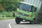 Sebuah truk terperosok di tikungan Irung Petruk Wonogiri, Rabu (25/3/2015)