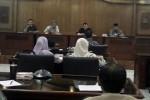 Pimpinan DPRD dan Komisi IV DPRD Solo berdialog dengan para pegiat Masyarakat Peduli Pelayanan Publik Solo (MP3S) di Ruang Transit DPRD Solo, Senin (23/3/2015). (Tri Rahayu/JIBI/Solopos)