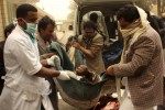 Warga membawa tubuh seorang pria yang tewas dalam serangan udara di sebuah pasar di provinsi barat laut Yaman, Saada, Jumat (27/2/2015). Serangan udara ke Yaman dilancarkan koalisi yang dipimpin Arab Saudi untuk menghentikan milisi Bothi bersekutu mendirikan kekuasaannya di seluruh negeri. (JIBI/Solopos/Reuters/Naiyf Rahma)