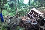 Warga Selokarto, Menjing, Jenawi, Karanganyar, Sujarwo, menunjukkan rumah warga yang tertimpa material tanah longsor dari bukit yang berada di perbatasan Dusun Selokarto dan Sumberejo, Kamis (16/4/2015). (Bayu Jatmiko/JIBI/Solopos)