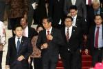 Presiden Joko Widodo (kedua dari kiri), unsur pimpinan DPR yang terdiri atas Setya Novanto (kiri), dan Fadli Zon (ketiga dari kiri), didampingi sejumlah menteri Kabinet Kerja dan pejabat DPR berjalan keluar ruangan seusai mengikuti rapat konsultasi antara pemerintah dan DPR di Gedung Nusantara IV, Kompleks Parlemen, Senayan, Jakarta, Senin (6/4/2015). Presiden Joko Widodo dalam kesempatan itu akhirnya memberikan penjelasan terkait pembatalan pelantikan Komisaris Jenderal Budi Gunawan dan pengajuan Komjen Badrodin Haiti sebagai calon Kepala Kepolisian Negara Repiblik Indonesia yang baru. (Dwi Prasetya/JIBI/Bisnis)