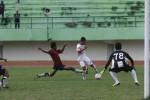Sundulan penyerang Persis Solo, Andrid Wibowo (kedua dari kiri), diadang pemain belakang PSMP Mojokerto, Asmar (88), dalam laga uji coba melawan PSMP Mojokerto di Stadion Manahan, Solo, Senin, (20/4/2015). (JIBI/Solopos/Reza Fitriyanto)