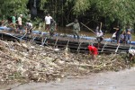 Pembenahan Jembatan Biru, Kampung Mipitan, Solo, Kamis (23/4/2015). (Ivanovich Aldino/JIBI/Solopos)