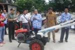Sekretaris Daerah (Sekda) Wonogiri, Suharno (keempat dari kiri), menyerahkan bantuan traktor kepada perwakilan gapoktan di Balai Benih Padi Selogiri, Jumat (17/4/2014). (Muhammad Ismail/JIBI/Solopos)