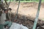 Ketua RT 006 Dukuh Sambilengok, Desa Jetis, Citro Sentono, meninjau lokasi bencana tanah longsor yang menimpa salah stau rumah warganya, Jumat (17/4/2015). (Abdul Jalil/JIBI/Solopos)