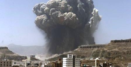 Asap membubung akibat serangkaian udara koalisi di Sanaa, Senin (20/4/2015). (JIBI/Solopos/Reuters/Khaled Abdullah)