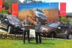 Chairman Renault Asia Pasifik Gilles Normand (kiri) bersama Presiden Direktur PT Indomobil Sukses Internasional Jusak Kertowidjojo (kanan) di depan Renault Duster 4x4. (Detik.com)