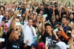 Presiden Joko Widodo memperlihatkan KIS di hadapan buruh karet, Sabtu (18/4/2015). (JIBI/Solopos/AntaraSeptianda Perdana)