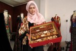 Desainer kebaya Hanif Aisyah Nanjaya menunjukkan jarit pernikahan Gibran-Selvi, Rabu (15/4/2015). (Ivanovich Aldino/JIBI/Solopos)