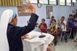 Umat Katolik boakan terpidana mati Raheem Agbeja Salami di Madiun, Selasa (28/4/2015). (JIBI/Solopos/Antara/Siswowidodo)
