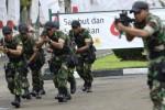 Personel TNI berlatih mengamankan tamu negara di Komplek Gelora Bung Karno, Senayan, Jakarta, Jumat (17/4/2015). (JIBI/Solopos/Antara/Prasetyo Utomo)