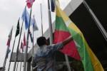 Petugas memasang bendera negara-negara peserta Peringatan Konferensi Asia Afrika (KAA) 2015 di halaman JCC, Jumat (17/4/2015). (JIBI/Solopos/Antara/Prasetyo Utomo)