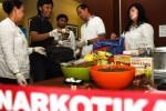 Petugas BNN menunjukkan kue ganja dan bahan olahannya di Gedung BNN, Jakarta, Senin (13/4/2015). (JIBI/Solopos/Antara/Hafidz Mubarak A.)