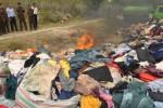 Pemusnahan pakaian bekas impor di Palu, Senin (27/4/2015). (JIBI/Solopos/Antara/Mohamad Hamzah)