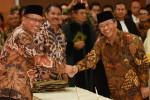 Menristek Dikti M. Nasir (kiri) bersalaman dengan Rektor UNS yang baru saja ia lantik, Ravik Karsidi, di Jakarta, Senin (13/4/2015). (JIBI/Solopos/Antara/Akbar Nugroho Gumay)