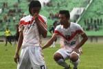 Striker Persis Solo, Ferry Anto (kiri), berselebrasi merayakan golnya bersama rekan setimnya, Dedy CP (kanan), dalam laga uji coba melawan PSMP Mojokerto di Stadion Manahan, Solo, Senin, (20/4/2015). (JIBI/Solopos/Reza Fitriyanto)