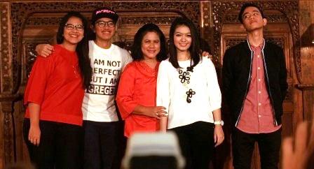 Foto bersama ibu negara, putra-putri joko widodo, dan calon menantu