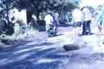 Sejumlah warga menambal jalan berlubang di jalan alternatif Gemolong-Tanon dan Sidoharjo, Sragen, Sabtu (4/4/2015). Aksi menambal jalan itu digelar sebagai bentuk sindiran pada Pemkab Sragen yang dianggap membiarkan kerusakan jalan. (Abdul Jalil/JIBI/Solopos)