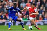 Gelandang Chelsea, Ramires, menghadang winger Arsenal, Alexis Sanchez (Twitter.com)