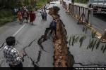 Jalanan terbelah akibat gempa Nepal 7,9 SR (ndtv.com)