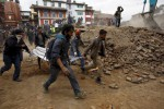 Warga mengevakuasi warga dari puing-puing reruntuhan bangunan di Katmandu, akibat gempa Nepal, Sabtu (25/4/2015). (JIBI/Solopos/Reuters/Navesh Citrakar)