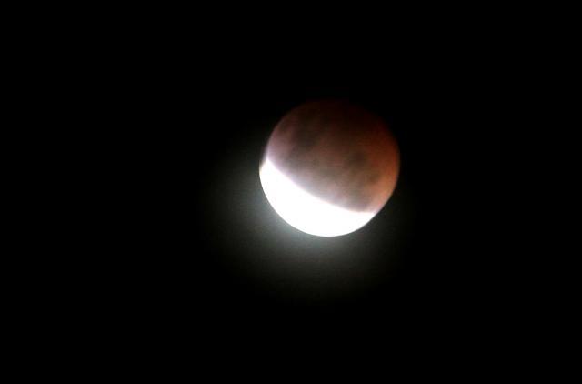 Gerhana bulan total yang membuat warna bulan menjadi merah darah pada Sabtu (4/4/2015) malam tak begitu terlihat dengan baik di kota Solo, Hal tersebut dikarenakan adanya awan tipis sehingga menggangu pengelihatan. (Sunaryo HB/JIBi/Solopos)