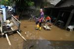 Gubernur Jawa Tengah, Ganjar Pranowo (tengah) rumah warga yang terendam banjir di Banyuanyar, Solo, Kamis (23/4/2015). Kunjungan gubernur tersebut untuk melihat langsung lokasi banjir akibat luapan Kali Pepe. (Sunaryo HB/JIBI/Solopos)