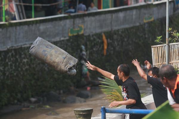 Membersihkan sisa banjir (JIBI/Harian Jogja/Gigih M. Hanafi)