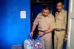 Petugas Dinsosnakertrans Kulonprogo mengecek logistik untuk para korban bencana. (Holy Kartika N.S/JIBI/Harian Jogja)