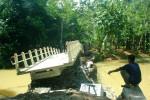 Warga mengamati jembatan Kadigunung Desa Hargomulyo Kokap yang rusak akibat diterjang banjir, Minggu (19/4/2015). (JIBI/Harian Jogja/Holy Kartika N.S.)