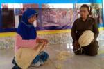 Mengisi waktu luang lansia Dusun Bulak Desa Tuksono, Sentolo, mengerjakan tas anyaman dari serat agel di Pendopo BKL Tunas Mekar, pekan lalu. (JIBI/Harian Jogja/Holy Kartika NS)