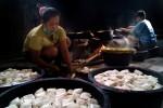 Para perajin tahu di Dusun Kaliwiru, Desa Tuksono, Sentolo memproduksi berbagai jenis tahu yang siap dipasik ke wilayah DIY. Foto diambil belum lama ini. (JIBI/Harian Jogja/Holy Kartika N.S.)