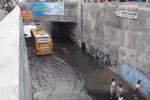 Hanya bus besar yang bisa lolos banjir di Underpass Makamhaji, Minggu (26/4/2015). (Twitter.com/@dimassuyatno)