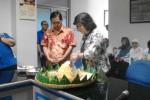 Presiden Direktur PT Aksara Solopos Lulu Terianto memotong tumpeng dalam perayaan HUT ke-11 Solopos FM, Senin (13/4/2015). (Evi Handayani/JIBI/Solopos.com)