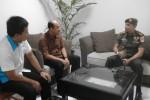 Dandim 0735 Solo, Letkol Inf. Chrisbiantoro Arimurti (kiri) berbicara saat mengunjungi Griya Solopos, di Jl. Adisucipto 190, Solo, Jawa Tengah, Senin (13/4/2015) pagi. (Evi Handayani/JIBI/Solopos.com)
