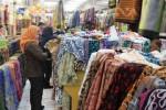 Pembeli memilih kain di Toko Mac Mohan di Jl Gatot Subroto, Solo, Jumat (10/4/2015). Toko tersebut menawarkan diskon hingga 70% selama sebulan pada 8 April-8 Mei. (Shoqib Angriawan/JIBI/Solopos)