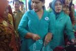 Iriana Jokowi didampingi istri Bupati Sleman, Kustini Sri Purnomo, meninjau penjual kain batik produk ibu-ibu PKK di Kecamatan Berbah, Selasa (21/4/2015). (JIBI/Harian Jogja/Bernadheta Dian Saraswati)