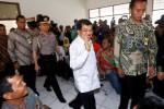 Wakil Presiden Jusuf Kalla (kedua dari kanan) memasuki ruang sidang saat menjadi saksi yang meringankan dalam kasus dugaan korupsi pembebasan lahan proyek PLTU Sumuradem, dengan terdakwa mantan Bupati Indramayu Irianto M.S. Syafiudin alias Yance di Pengadilan Tindak Pidana Korupsi (Tipikor) Bandung, Jawa Barat, Senin (13/4/2015). Jusuf Kalla menilai pembebasan lahan yang dilakukan Yance merupakan proyek percepatan, sesuai amanah Peraturan Presiden (Perpres) No 71/2006 tentang Penugasan kepada PT PLN (Persero). (Rachman/JIBI/Bisnis)