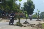 Pengendara sepeda motor dan mobil melintas di ruas jalan Purwantoro-Bulukerto, Lingkungan Blimbing, Kelurahan Purwantoro, Kecamatan Purwantoro, yang aspalnya ambles, Kamis (16/4/2015). (JIBI/Istimewa)