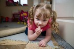 KISAH UNIK : Wah, Gadis Cilik Ini Kecanduan Makan Karpet!