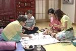 Ji Eun bermain kartu dengan keluarga Yong Jae (Istimewa)