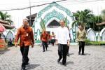 Presiden Jokowi memasuki gerbang masjid Al Wustho, Mangkunegaran, Solo, untuk melakukan Salat Jumat, Jumat (3/4/2015). Jokowi menyempatkan salat Jumat di mesjid yang menjadi cagar budaya tersebut sekaligus bersilaturahmi dengan warga saat pulang kampung. (Sunaryo HB/JIBI/Solopos)