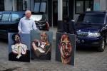 Pengacara duo Bali Nine Julian McMahon (kiri) dan seorang staf kedubes Australia, menunjukkan lukisan yang dibuat oleh terpidana mati Myuran Sukumaran, di dermaga penyeberangan Wijaya Pura, Cilacap, Jateng, Sabtu (25/8/2015). (JIBI/Solopos/Antara/Idhad Zakaria)
