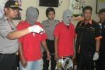 Kasubbag Humas Polres Karanganyar, AKP Suryo Wibowo, menunjukkan barang bukti sabu-sabu, yang didapatkan oleh kedua pelaku, Alfen dan Modot, di kantor Polres Karanganyar, Rabu (22/4/2015). Kedua pelaku berhasil ditangkap polisi pada Senin (13/4/2015). (Bayu Jatmiko Adi/JIBI/Solopos)