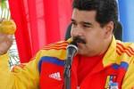Nicolas Maduro menunjukkan mangga yang dilemparkan kepadanya (The Guardian)