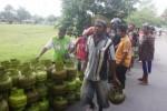 Warga Lingkungan Sukorejo, Kelurahan Giritirto, Wonogiri, antre membeli elpiji 3 kg dalam operasi pasar yang digelar Hiswana Migas Soloraya di lingkungan tersebut, Rabu (29/4/2015). (Muhammad Ismail /JIBI/Solopos)