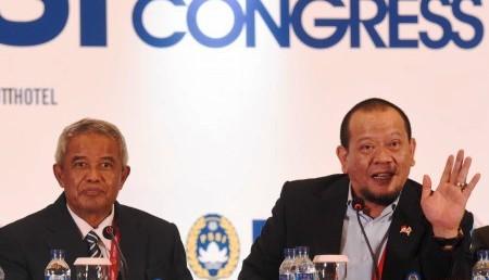 Ketua Umum PSSI periode 2015-2019 La Nyalla Mattalitti (kanan) dan Ketua PSSI periode 2011-2015 Djohar Arifin (kiri) memberikan keterangan pers seusai KLB PSSI di Surabaya, Sabtu (18/4/2015) (JIBI/Solopos/Antara/Zabur Karuru)